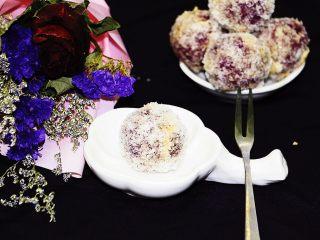 紫薯椰丝球,180度烤12分钟就可以了