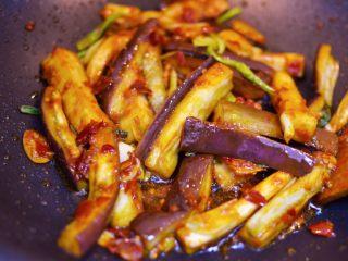 油淋茄子,调大火,放入茄子翻炒均匀。