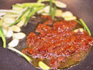 油淋茄子,放入一大勺豆瓣酱,小火炒出红油。