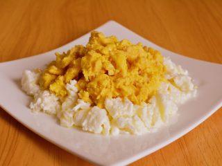 赛螃蟹,把蛋黄倒在蛋清上面装盘即可。
