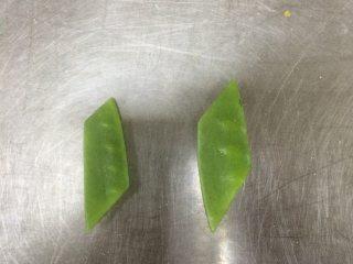 荷塘春色,荷兰豆去掉老筋,去根。中间斜刀45度切2半