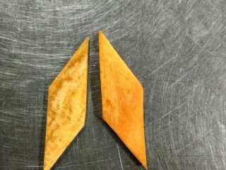荷塘春色,胡萝卜削皮洗干净,先斜刀切成1.5cm宽的菱形块,然后切0.2cm的菱形片