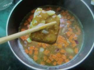 咖喱鸡排饭,免炸版,倒入开水没过食材,中小火炖煮5分钟至软加入咖喱块,5分钟收汁即可。