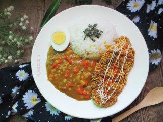 咖喱鸡排饭,免炸版,把米饭、鸡蛋、咖喱放在盘子里,摆上鸡排即可