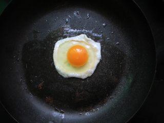 石锅拌饭,把鸡蛋煎至单面熟的荷包蛋