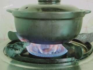 石锅拌饭,把煎好的鸡蛋放在菜上,盖上盖子,石锅用小火加热,听到米饭发出滋滋滋滋的声音即可关火,锅底的米饭会形成一点锅巴