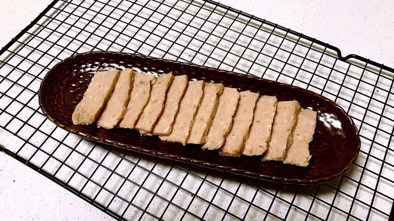 自制午餐肉,午餐肉做好了,切成小片可以食用了,自制午餐肉口感鲜嫩,风味清香~