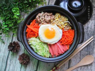 石锅拌饭,满满一锅子饭,荤素搭配,营养丰富,想放什么食材都可以