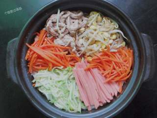 石锅拌饭,炒熟的食材一一摆放在米饭上面