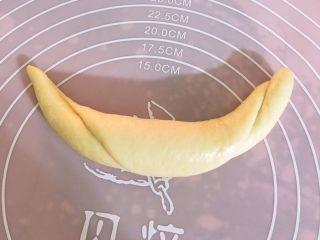 最爱面包+杏仁面包,在将其卷起来。两边搓牛角型