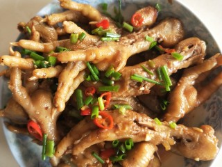 红烧秘制鸡爪,上锅前再加上小葱。