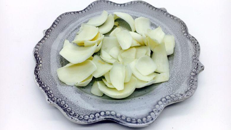 #感恩节食谱# 西芹百合炒腰果,剪去老根部分,把百合一瓣一瓣的掰开。洗干净沥干水分备用。