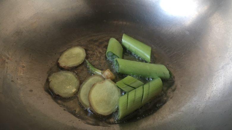 #感恩节食谱# 西芹百合炒腰果,热锅凉油,放入葱姜,煸炒出香味。