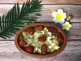 红枣银耳莲子羹,砂锅加满水