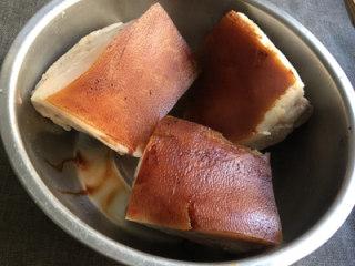 芥菜肉,捞出擦干表面水分,抹一层老抽