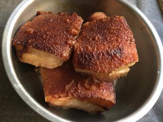 芥菜肉,待肉皮表面呈核桃皮状花纹时捞出