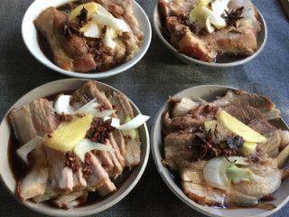 芥菜肉,切片装碗,放葱、姜及调料