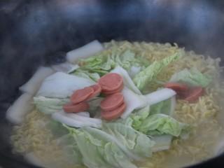 年糕芝士泡面,放入白菜和火腿肠片