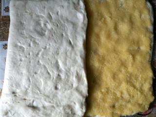 奶黄面包条,没有铺馅的那端面团往中间折过来