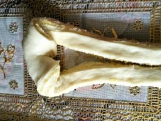 奶黄面包条,把一端往中间穿过去两次