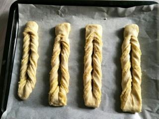 奶黄面包条,摆入烤盘二次发酵