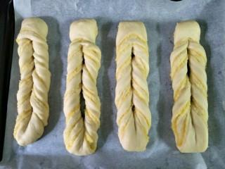 奶黄面包条,发酵两倍大后,表面喷少许水,装饰上杏仁片,入预热好的烤箱165度烤18分钟