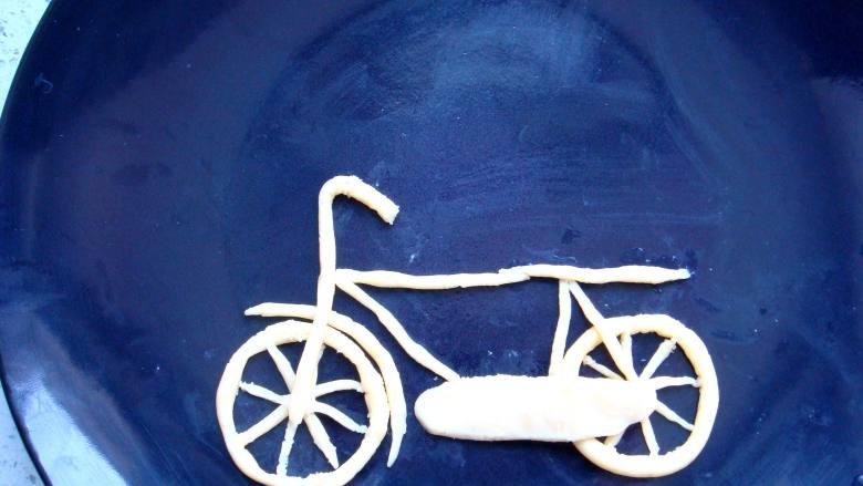 #感恩节食谱#绿豆沙之父爱如山,再搓细长条摆放成自行车的框架,做两端都是圆弧状的面片盖上去,做车盒子。