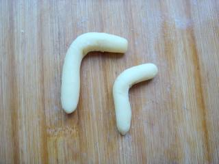 #感恩节食谱#绿豆沙之父爱如山,搓一长,一短,两个长条做腿部分。