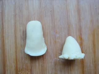 #感恩节食谱#绿豆沙之父爱如山,再搓两个粗点的圆柱形,一端捏薄,做父亲的上衣。另外一个一端捏尖尖的形状,一端用竹签挑起来,做小女孩的裙边。