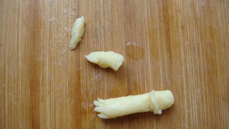 #感恩节食谱#绿豆沙之父爱如山,两个小面块做小辫子,小圆条一端用竹签挑几下做袖口,一端扎几下做小手组装到一起。