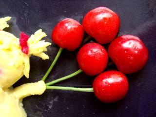#感恩节食谱#绿豆沙之父爱如山,再沾上短短的小圆条做小胳膊,用樱桃做气球。