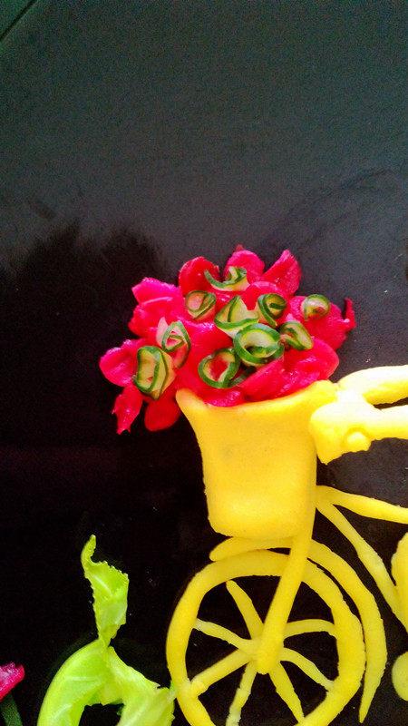 #感恩节食谱#绿豆沙之父爱如山,车子的花筐里用薄薄的黄瓜片卷成卷做花朵,火龙果皮点赞。