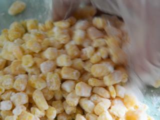 怎样做出金光闪闪,粒粒分明的玉米粒——咸蛋黄焗玉米,玉米粒中撒入淀粉,抓匀备用