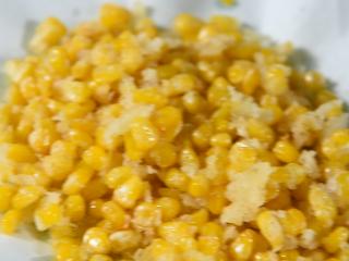 怎样做出金光闪闪,粒粒分明的玉米粒——咸蛋黄焗玉米,用铲子来回滑动,防止粘连,炸至定型捞出备用