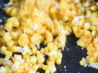 怎样做出金光闪闪,粒粒分明的玉米粒——咸蛋黄焗玉米,炒散后,倒入玉米粒炒至均匀裹上鸭蛋粒即可