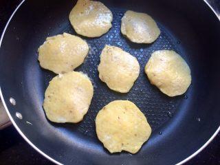 #感恩节食谱#香甜小米蕉煎饼,小火煎饼,一面金黄色后翻面,另一面也煎至金黄色,即可出锅