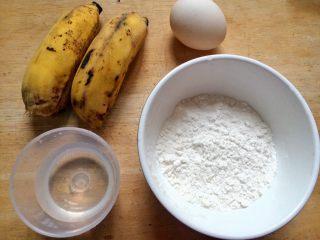 #感恩节食谱#香甜小米蕉煎饼,准备好食材:小米蕉,鸡蛋,低筋面粉,少量清水