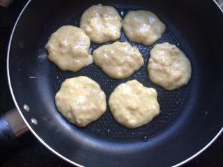 #感恩节食谱#香甜小米蕉煎饼,用勺子舀一勺面糊从高处轻轻倒入平底锅,成圆饼状