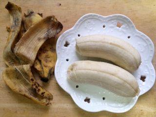 #感恩节食谱#香甜小米蕉煎饼,小米蕉2个去皮,(熟透的小米蕉皮有点黑不好看,不过果肉很甜很好吃)