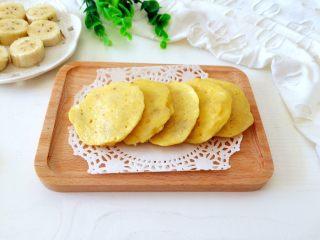 #感恩节食谱#香甜小米蕉煎饼,煎熟的小饼,色泽金黄,甜甜的特别好吃