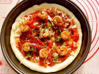 大虾披萨,把刚才炒好的虾和配菜铺上。