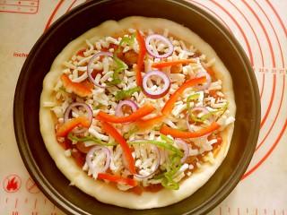 大虾披萨,再撒一层马苏里拉,上面再装饰点彩椒丝和洋葱圈。