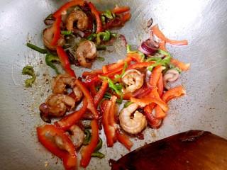 大虾披萨,再放入腌好的大虾和彩椒丝翻炒几下,虾变色即可出锅备用。(彩椒丝和洋葱圈留一点,稍后做装饰用)