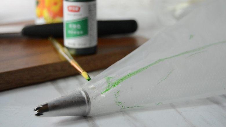 黄桃拿破仑酥,裱花袋事先套好裱花嘴,用翻糖笔沾少许色素,沿边画在裱花袋上