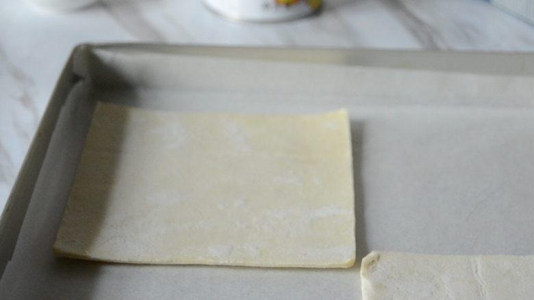 """黄桃拿破仑酥,烤盘垫一张油纸,放上<a style='color:red;display:inline-block;' href='/shicai/ 11346'>千层酥皮</a>,烤箱预热175°,烤20分钟,烤好晾凉""""></p><p>1. 烤盘垫一张油纸,放上<a href="""