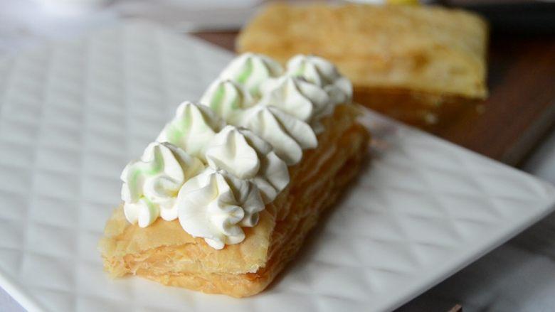 黄桃拿破仑酥,挤上奶油,再放一张酥皮,再挤一层奶油
