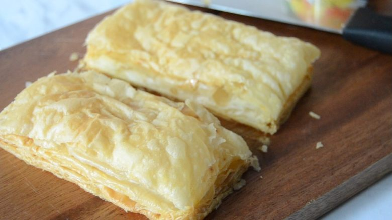 黄桃拿破仑酥,晾凉的酥皮,对半切开