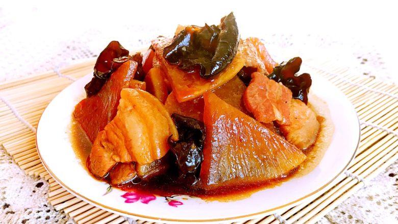 五花肉烧萝卜,五花肉烧萝卜出锅了,口感鲜香,萝卜片软软的,吸足了五花肉的味道,真叫一个香啊~