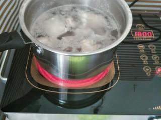 胡萝卜玉米排骨汤,水开后再煮一分钟左右