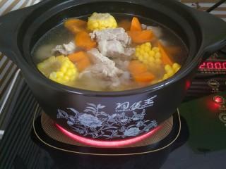 胡萝卜玉米排骨汤,加入胡萝卜和玉米一起煮